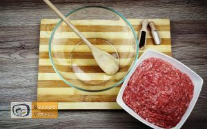 Mit Käse gefüllte Fleischbällchen im Speckmantel Rezept - Zubereitung Schritt 1
