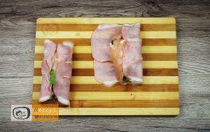 Mit Feta und Rukola gefüllte Hähnchenbrust-Roulade im Schinkenmantel Rezept - Zubereitung Schritt 5