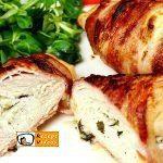 Mit Feta und Basilikum gefüllte Hähnchenbrust im Speckmantel