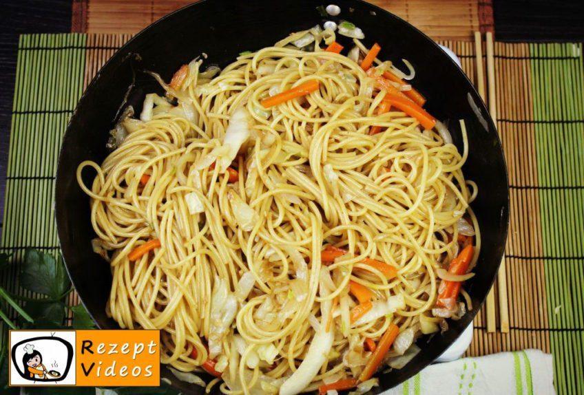 Chinesische Gemüsenudeln Rezept - Zubereitung Schritt 6