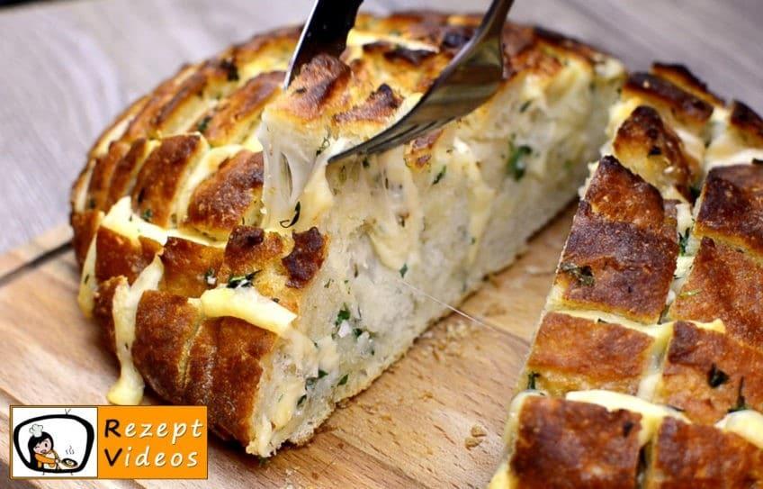 Mit Käse und Kräutern gefülltes Brot