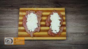 Mit Feta und Rukola gefüllte Hähnchenbrust-Roulade im Schinkenmantel Rezept - Zubereitung Schritt 2