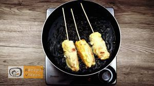 Im Pfannkuchenteig gebackene Käse-Bacon-Würstchen Rezept - Zubereitung Schritt 6
