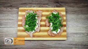 Mit Feta und Rukola gefüllte Hähnchenbrust-Roulade im Schinkenmantel Rezept - Zubereitung Schritt 3