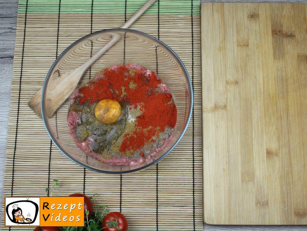 Gespickte Fleischbällchen in Tomatensauce Rezept Zubereitung Schritt 1