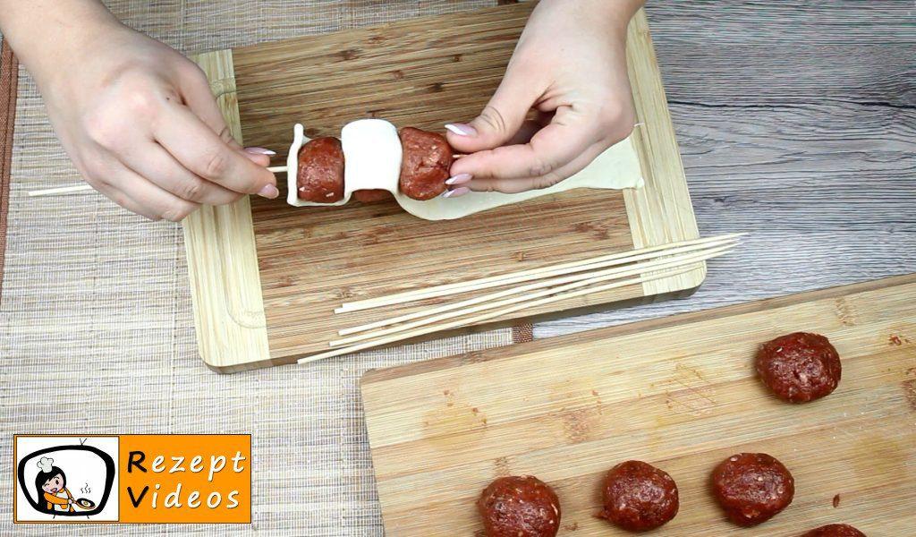 Gespickte Fleischbällchen in Tomatensauce Rezept Zubereitung Schritt 3